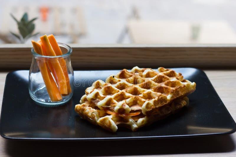 Бельгийский waffle с беконом, моццареллой, томатом стоковое изображение