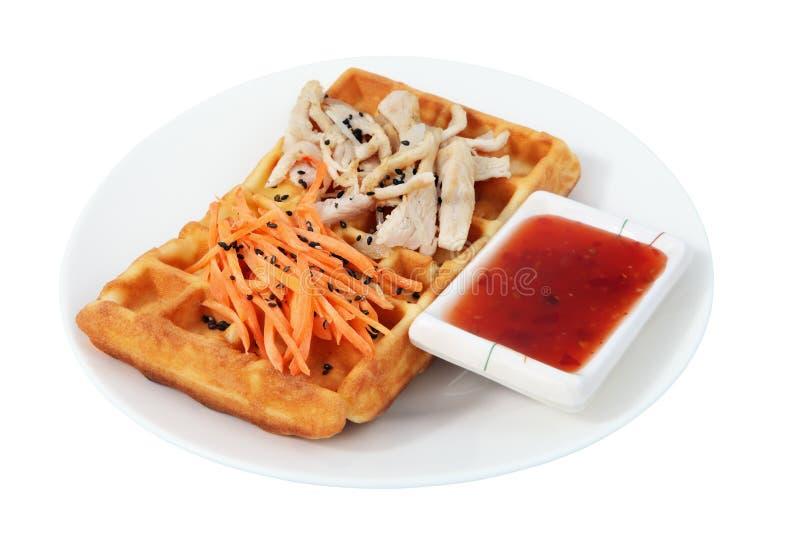 Бельгийский waffle с салатом цыпленка и моркови. стоковая фотография rf