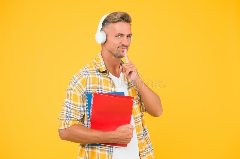 Библиотека аудио Мужчина красивые студенческие наушники Языки исследований Другой способ обучения Обучение на английском языке стоковые изображения rf