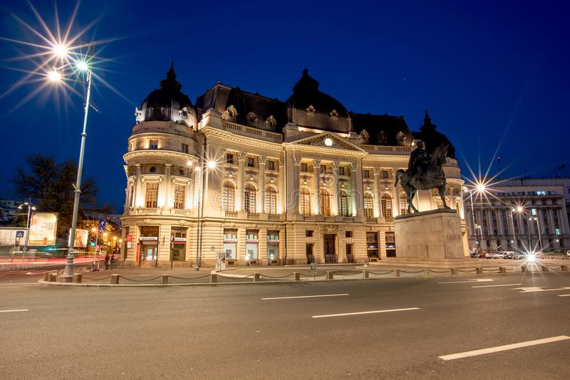 Библиотека Бухареста центральная на голубом часе в временени стоковые изображения rf