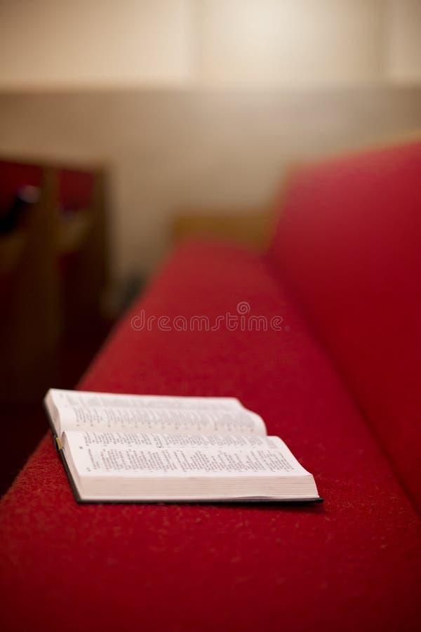 Библия кладя на театральную ложу церков стоковые фотографии rf