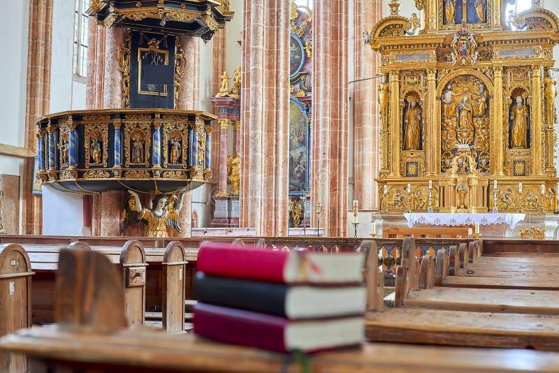 Библия на стенде внутри церков стоковая фотография rf