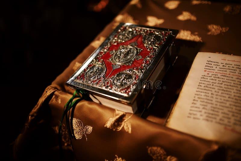 Библия на таблице алтара Концепция веры и вероисповедания Проповедуя предпосылка Интерьер церков Традиция христианства стоковые изображения