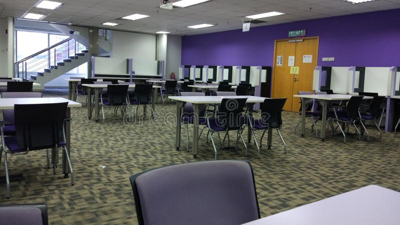 Библиотека с пурпуром стоковое изображение rf