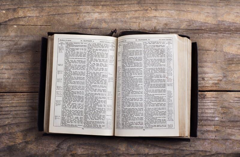 Библия на деревянном столе стоковые изображения rf