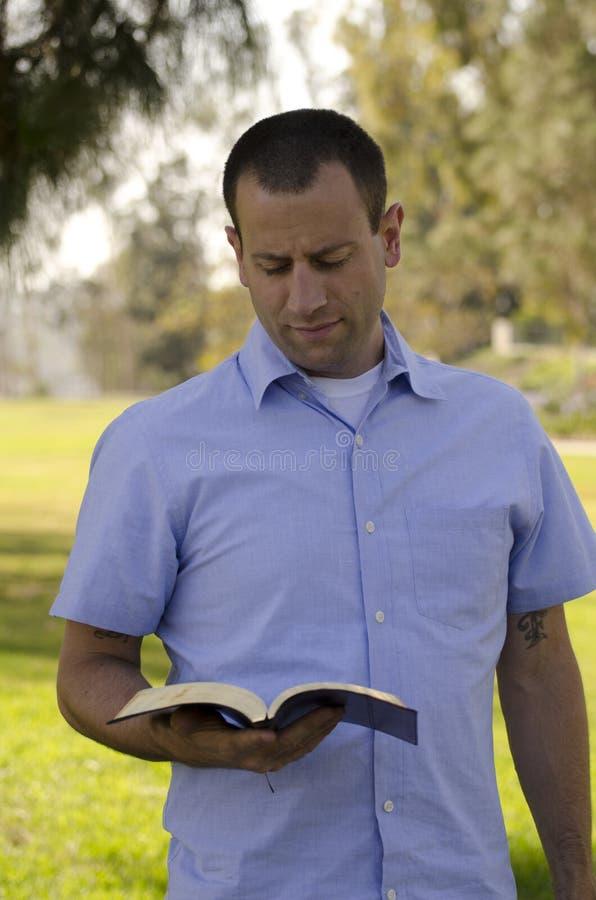 Библия чтения человека стоковые изображения rf