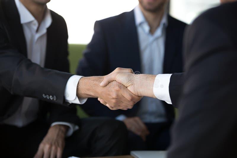 2 бизнесмена в костюмах трясут руки на встречать, конец вверх стоковое фото rf