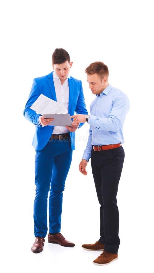 2 бизнесмена держа папку контракта изолированный на белизне стоковые изображения rf