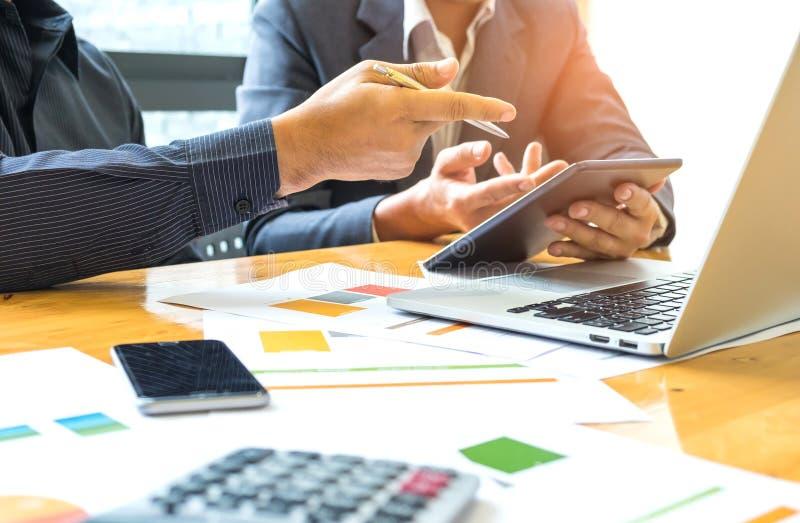2 бизнесмена имеют ручку и таблетку в руке Компьтер-книжка, умный телефон, стоковые фото