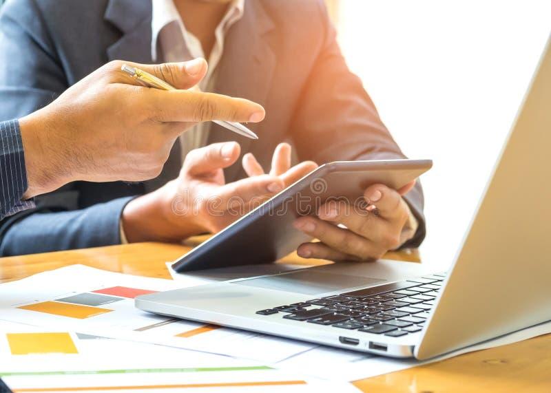 2 бизнесмена имеют ручку и таблетку в руке Компьтер-книжка, умный телефон, стоковые изображения rf