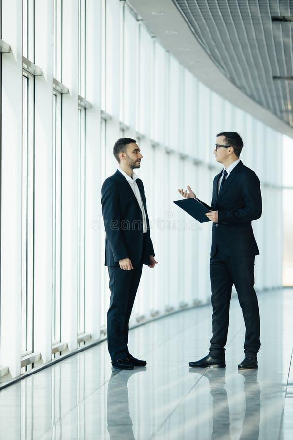 2 бизнесмена имея неофициальное заседание стоковое изображение rf