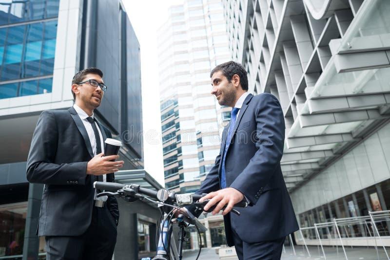 2 бизнесмена имея прогулку стоковое фото rf