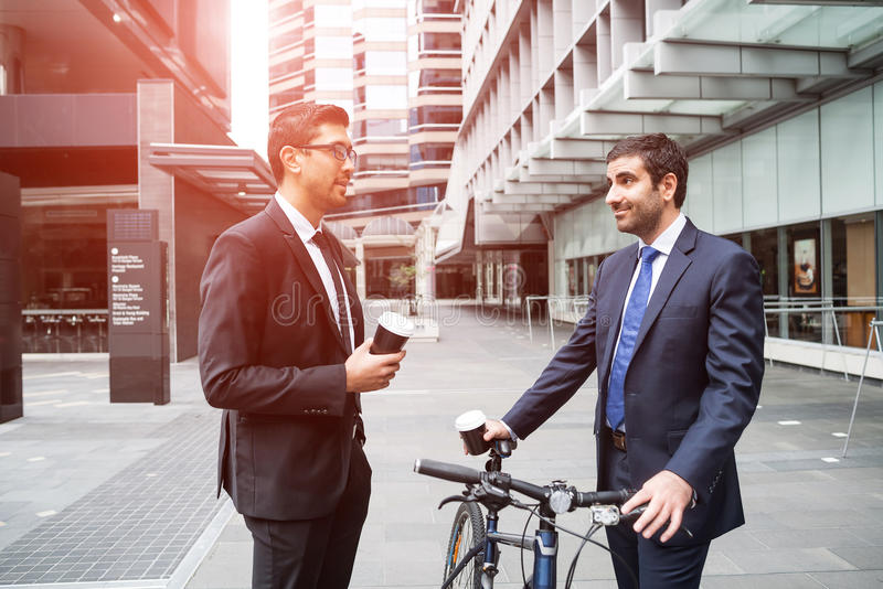 2 бизнесмена имея прогулку стоковые изображения rf