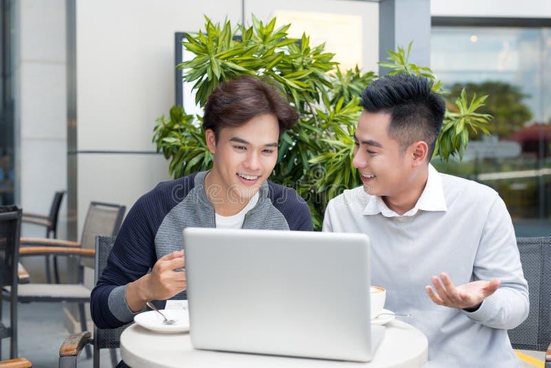 2 бизнесмена смеясь над пока имеющ встречу в классическом cof стоковое фото