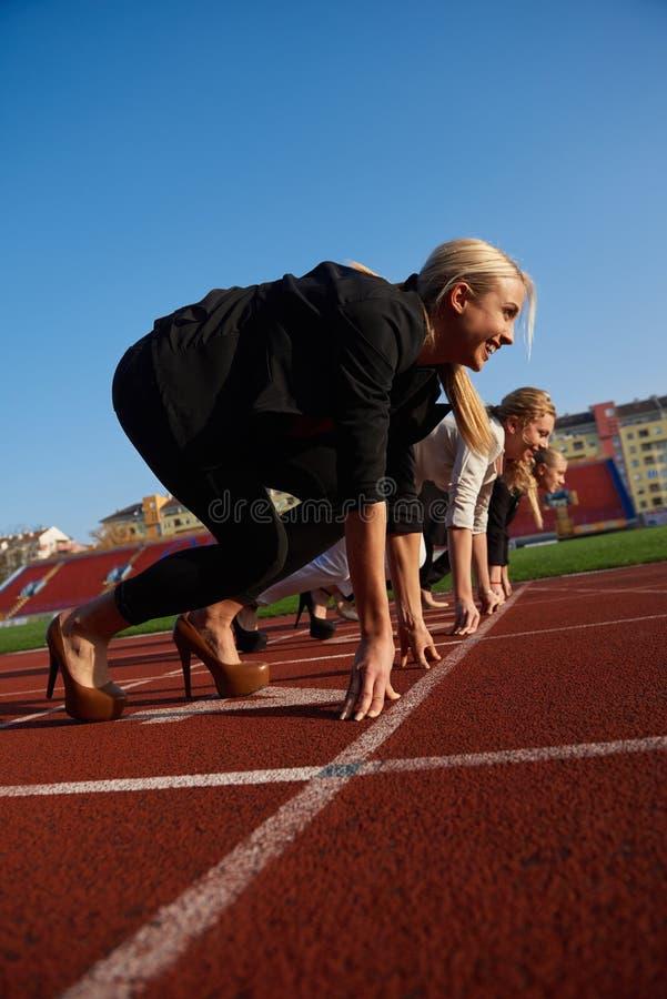 Бизнесмены бежать на гоночном треке стоковое фото