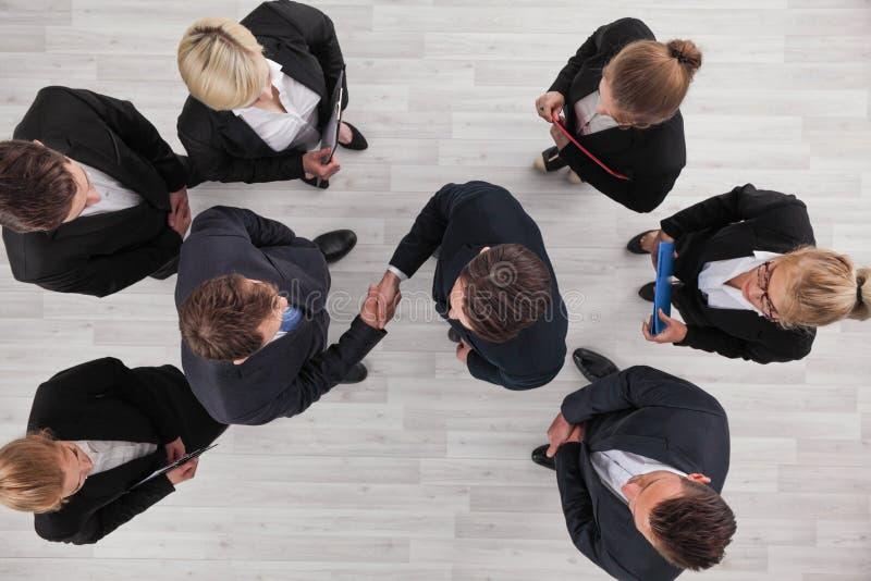 Бизнесмены взгляда сверху рукопожатия стоковые изображения rf