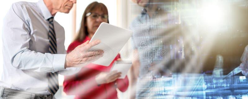 Бизнесмены во встрече работы на планшете; множественная выдержка стоковое фото