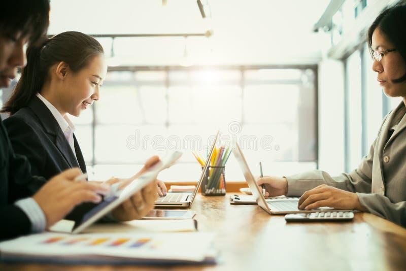 Бизнесмены встречаются с мозговым штурмом и обсуждают проект с ноутбуком и мобильным телефоном, концепции совместной работы стоковое изображение rf
