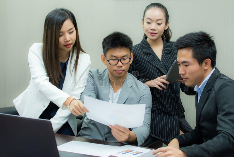 Бизнесмены встречают об их проекте стоковое фото rf