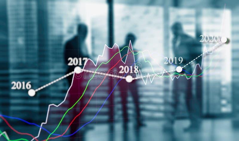 Бизнесмены встречая для того чтобы проанализировать бизнес-план 2020 год Рост фондовой биржи стоковое фото rf