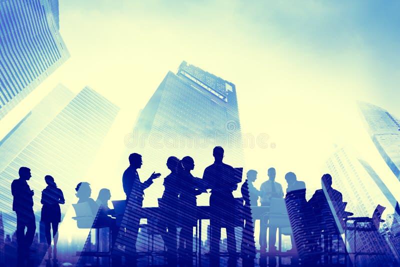 Бизнесмены встречая концепции Scape города стоковое изображение rf