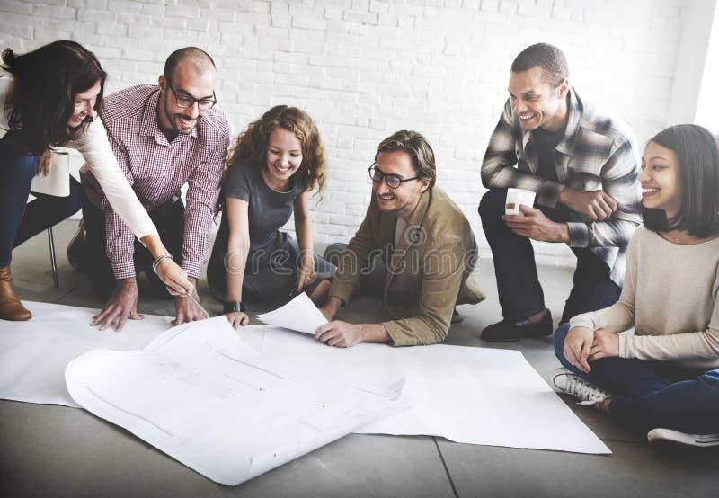Бизнесмены встречая концепцию архитектора светокопии обсуждения стоковые изображения