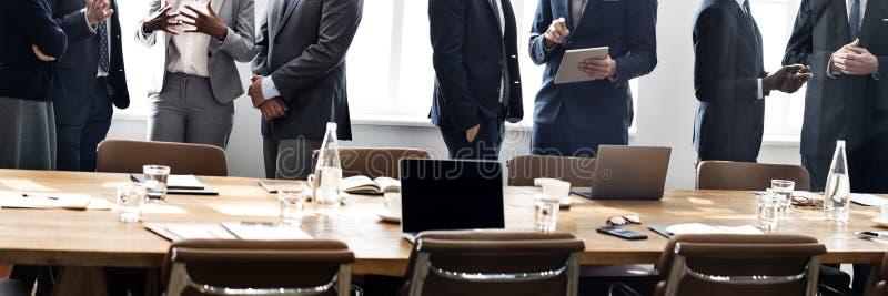 Бизнесмены встречая концепцию обсуждения работая стоковое изображение rf