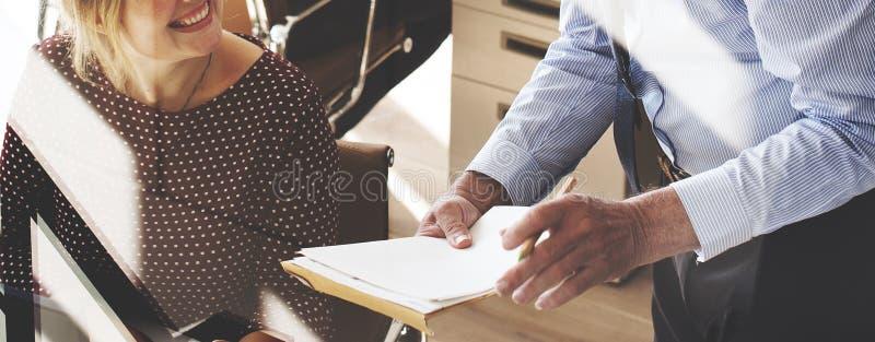 Бизнесмены встречая концепцию офиса обсуждения работая стоковые изображения