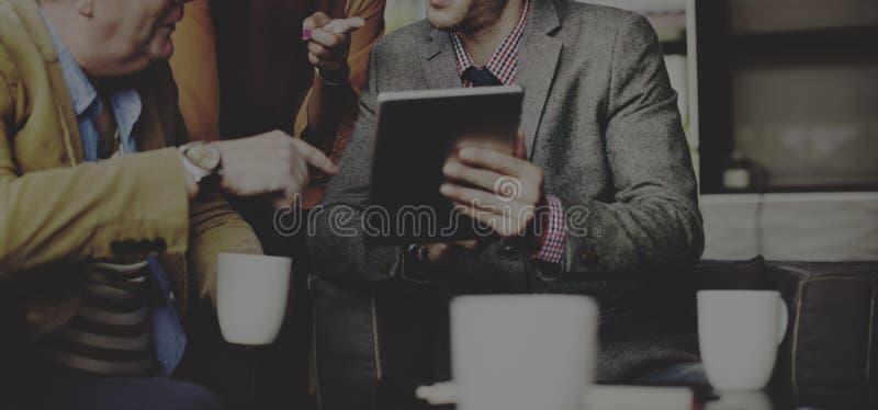 Бизнесмены встречая корпоративную технологию таблетки цифров Conc стоковые изображения rf