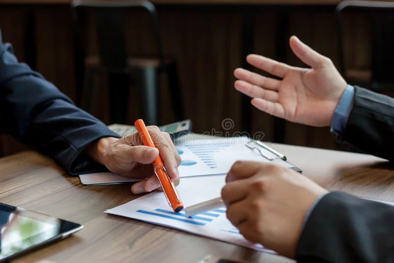 Бизнесмены встречая на деятельности стоковое изображение