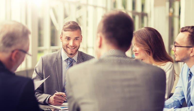 Бизнесмены встречая на офисе стоковое изображение rf
