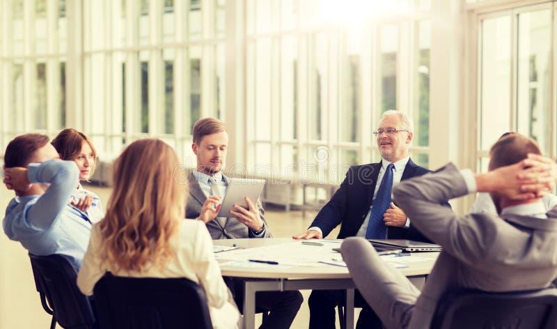 Бизнесмены встречая на офисе стоковые изображения