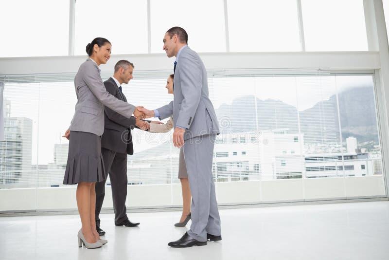 Бизнесмены встречая трясущ руки стоковое изображение rf