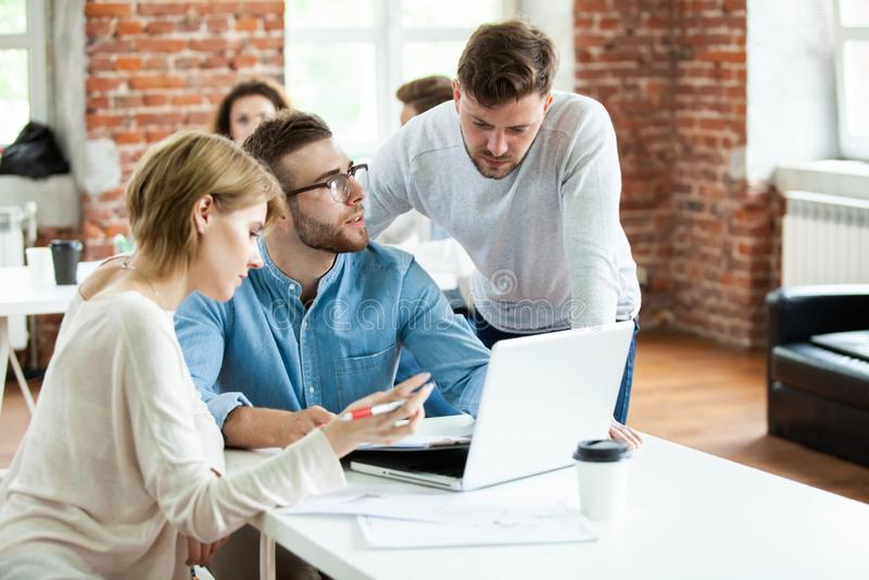 Бизнесмены встречая хорошую сыгранность в офисе Концепция стратегии рабочего места встречи сыгранности успешная стоковые изображения rf