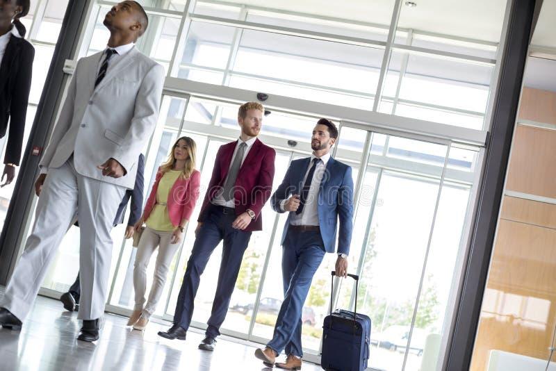 Бизнесмены входят в аэропорт стоковые изображения rf