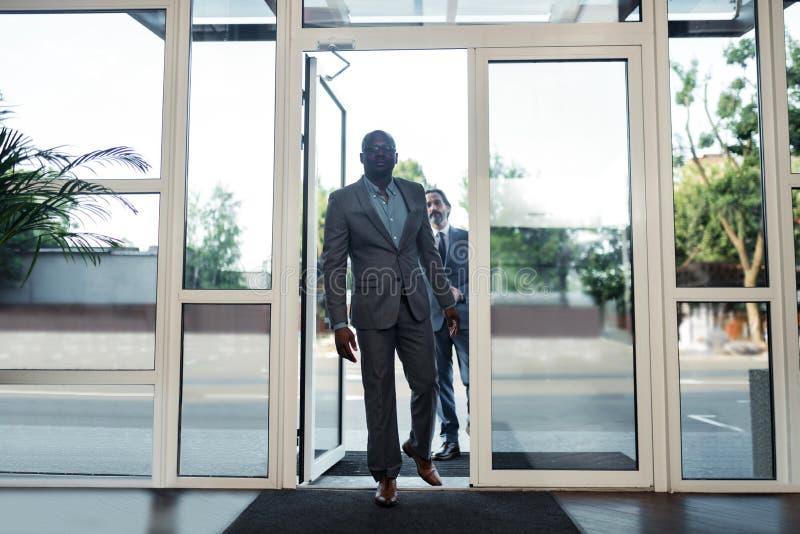 Бизнесмены входя в деловый центр пока имеющ важную встречу стоковые изображения