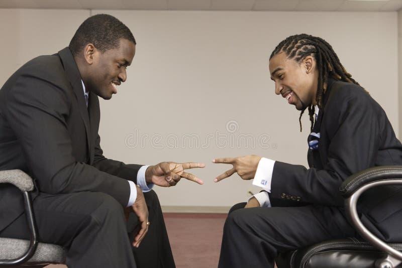 бизнесмены выбирая игру используя стоковые фото