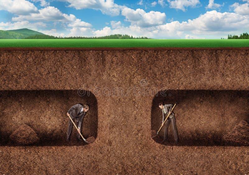 Бизнесмены выкапывают подполье тоннеля стоковое фото rf