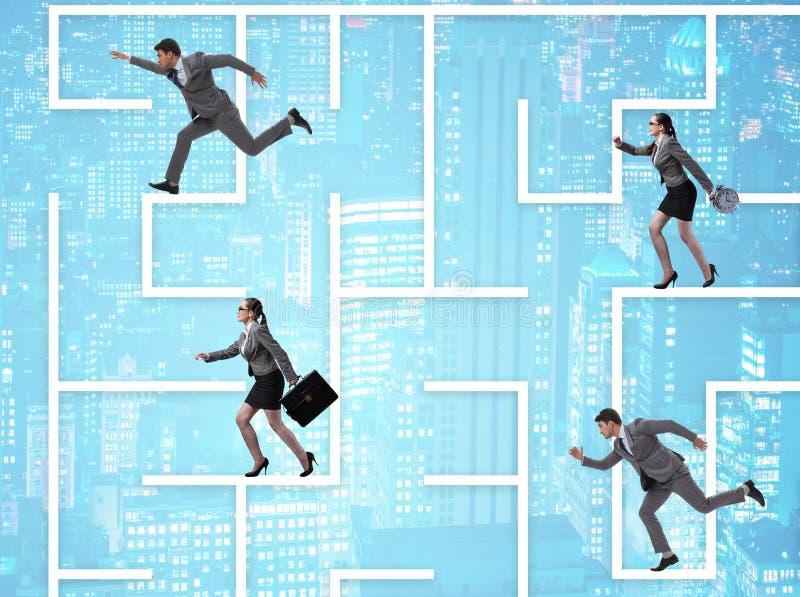 Бизнесмены выпадая из ускорения в концепции неопределенности лабиринта стоковые фото