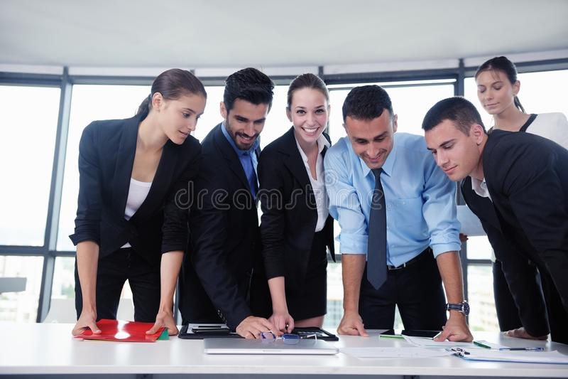Download Бизнесмены в встрече на офисе Стоковое Изображение - изображение насчитывающей образование, кавказско: 33734387
