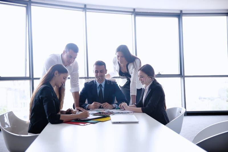 Download Бизнесмены в встрече на офисе Стоковое Фото - изображение насчитывающей нутряно, менеджер: 33734436
