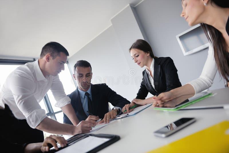 Download Бизнесмены в встрече на офисе Стоковое Изображение - изображение насчитывающей офис, кавказско: 33734545