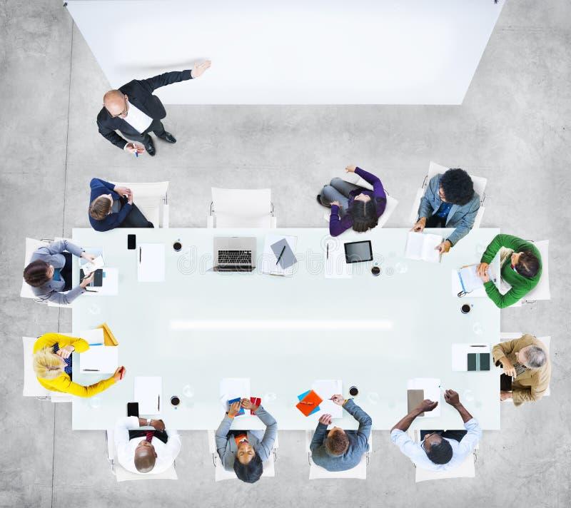 Бизнесмены в встрече с пустым представлением стоковые фотографии rf
