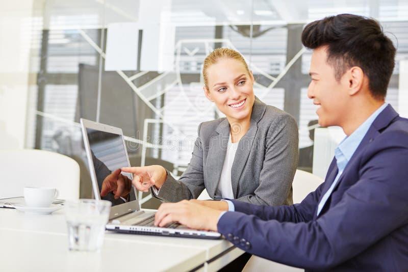 Бизнесмены в компьютерном обучении стоковое фото rf