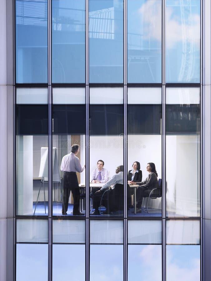 Бизнесмены в конференц-зале стоковая фотография rf