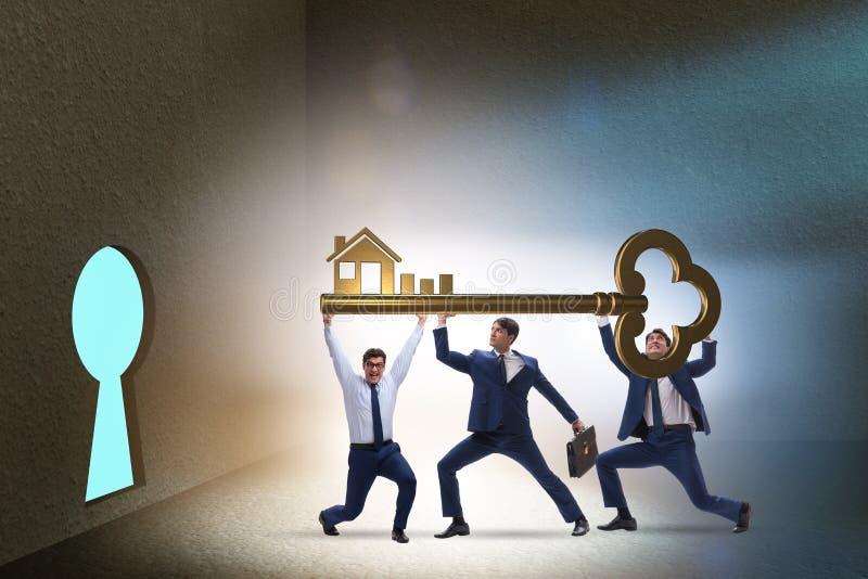 Бизнесмены в концепции ипотеки недвижимости стоковое изображение rf