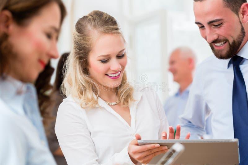 Бизнесмены в офисе имея встречу стоковые изображения