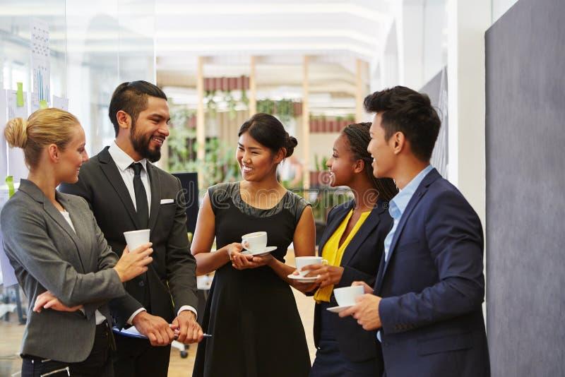 Бизнесмены говорить ослабленный в группе стоковые изображения
