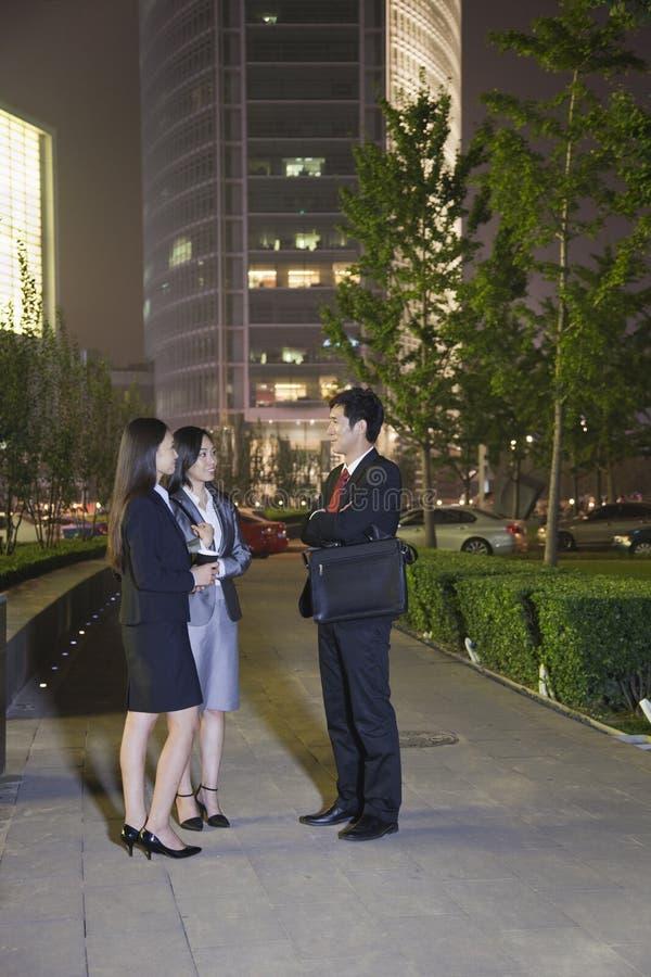 3 бизнесмены говорить стоковое изображение rf