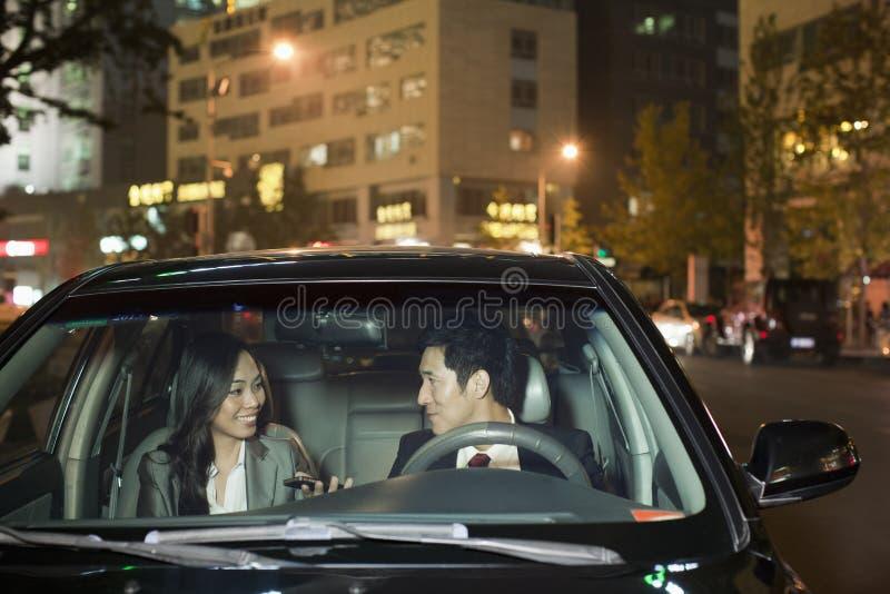 Бизнесмены говоря в автомобиле стоковая фотография rf
